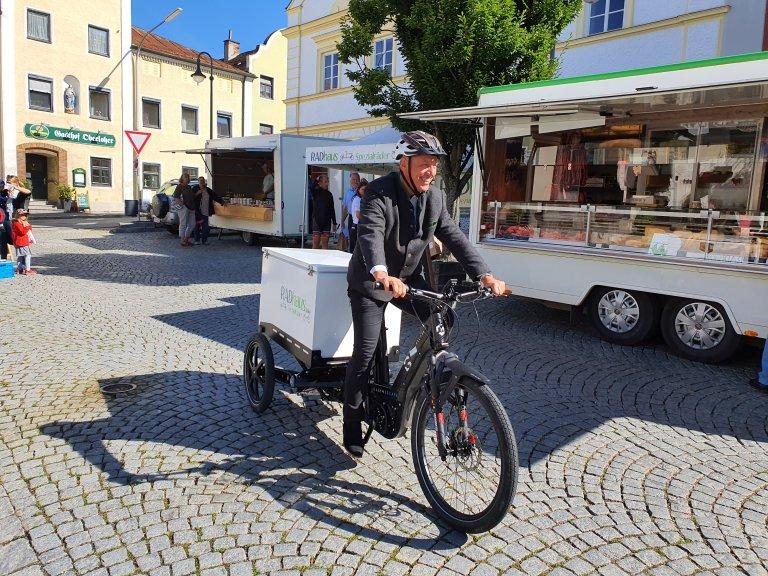 1_Bürgermeister_Josef_Reff_fährt_Bestellungen